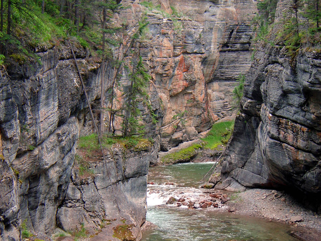 Jasper national park photo river running through maligne